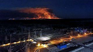 Le feu vu de la centrale nucléaire de Tchernobyl, le 10 avril 2020.