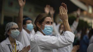 España registra un nuevo ligero aumento en el número de muertes por coronavirus con 551