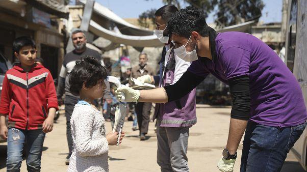 شاهد: نازحون يفضّلون العودة إلى منازلهم المدمرة على الإصابة بكورونا في مخيمات إدلب