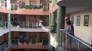 کرونا در استرالیا؛ آوازخوانی ساکنان خانه سالمندان
