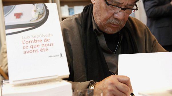 El autor Luis Sepúlveda en una feria del libro