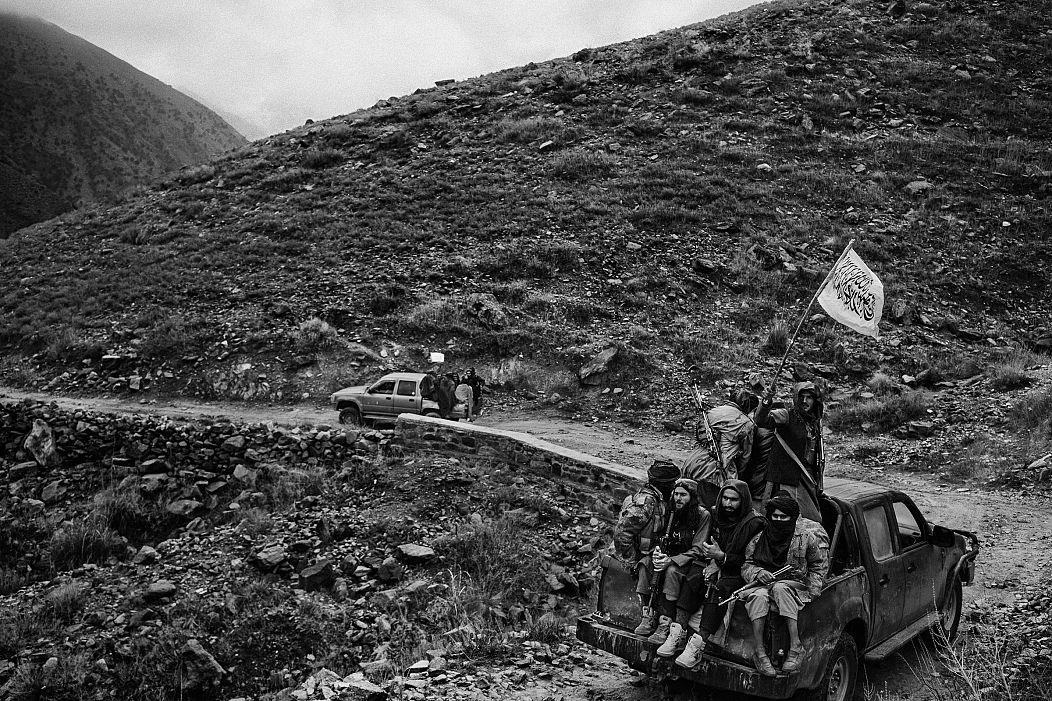 L'11 dicembre 2019, in un'area di Khogyani, Afghanistan, precedentemente controllata dal gruppo dello Stato islamico, i combattenti talebani con la loro bandiera - Lorenzo Tugnoli/ Washington Post/ Contrasto