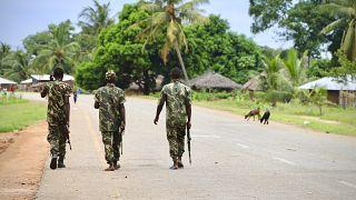 Soldados nas ruas de Moçambique