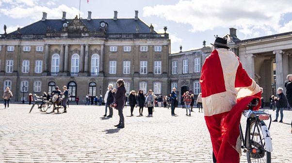Gratulanten vor dem Regierungssitz Amalienborg in Kopenhagen