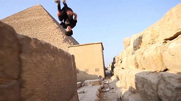 """شاهد: شباب يمارسون رياضة """"الباركور"""" في الأهرامات"""