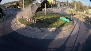 Mit Vollgas auf den Kreisverkehr: Autofahrer in Polen verunglückt