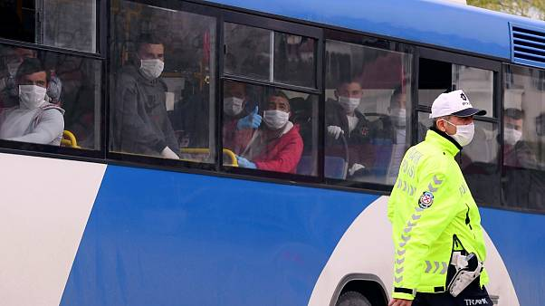 حافلة تقل سجناء بعد الإفراج عنهم في أنقرة 15 أبريل 2020