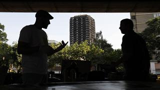 المجتمع المحلي في كنسينغتون، بالقرب من البقايا المحترقة لبرج جرينفيل في لندن