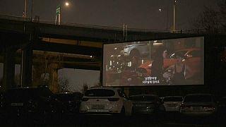 En Corée du Sud, le cinéma en plein air, depuis sa voiture, défie le coronavirus