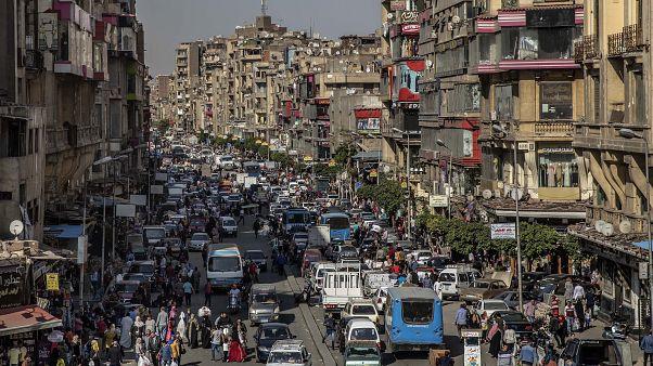 شارع قبل ساعات قليلة من حظر التجول في القاهرة، مصر.