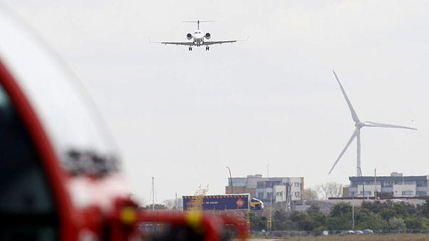 شاهد: هبوط طائرة على طريق سريع في كندا