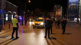 İçişleri Bakanlığı, hafta sonu sokağa çıkma kısıtlaması uygulanacak 31 ilde cuma günü saat 15.00-24.00 arasında polis ve jandarmanın denetim yapacağını duyurdu.