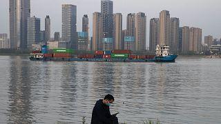 Konténerekkel megrakott uszály a Jangce folyón, Vuhannál
