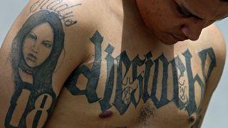 """Un chef du gang """"Barrio 18"""" photographié après son arrestation à Antiguo Cuscatlan - centre du Salvador - le 19 septembre 2006"""
