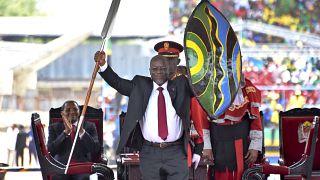 رئيس تنزانيا جون ماغوفولي خلال استلامه منصبه في العام 2015 (أرشيف)