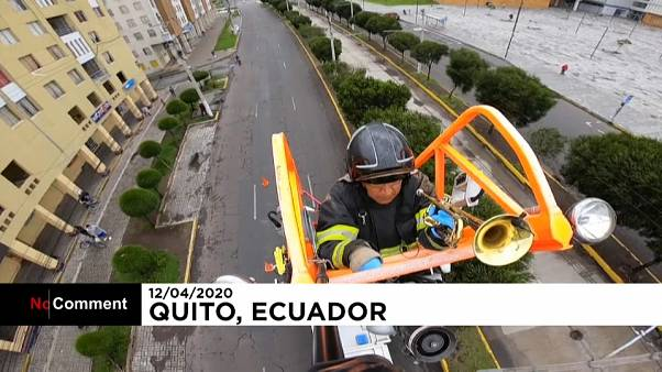 شاهد: رجل إطفاء يحاول نشر الأمل بين سكان مدينته بالموسيقى خلال فترة الإغلاق