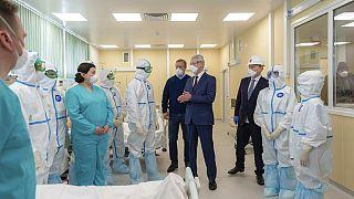 Moskova Belediye Başkanı Sergei Sobyanin Moskova'da bir hastanedeki sağlık görevlilerini ziyaret etti