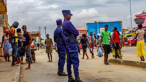 Polícias vigiam as ruas de Luanda