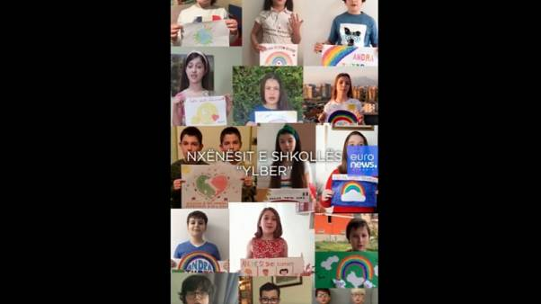 """""""Il mondo cambierà"""", gli studenti albanesi danno coraggio ai bambini italiani"""