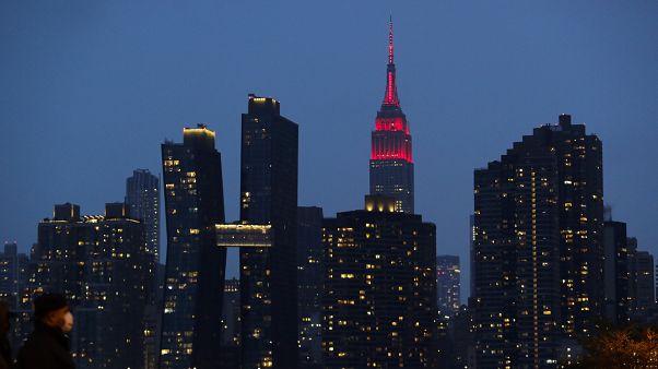 Фронтон Эмпайр Стейт Билдинг окрашен иллюминацией в красный цвет в знак солидарности с медперсоналом больниц Нью-Йорка и всей страны