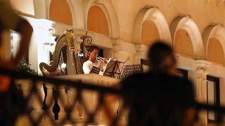 شاهد: حفلات من الشرفات لعازفين بأوركسترا قطر خلال حجر كورونا