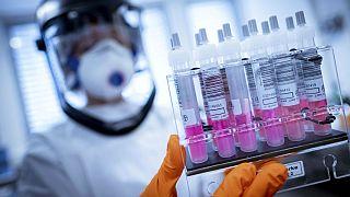 واکسن آکسفورد برای کرونا؛ یک میلیون نمونه همزمان با آزمایش اولیه تولید میشود