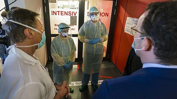 Almanya, Sağlık Bakanı Jens Spahn'ın Hesse eyalet kabinesi üyeleriyle bir hastane ziyareti sırasında kalabalık bir şekilde asansöre doluşmalarını tartışıyor.