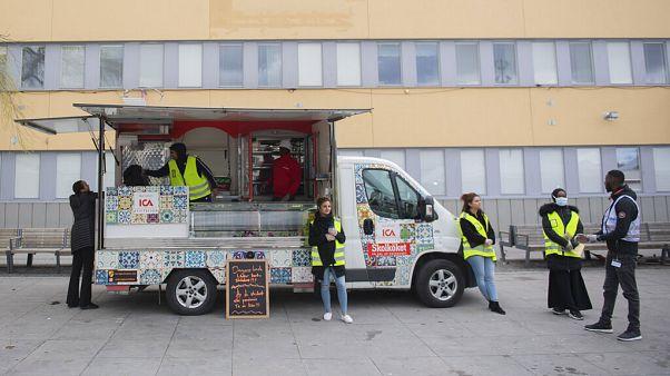 """Corona-Kampagne: """"Jugendbotschafter"""" in schwedischen Problemvierteln"""