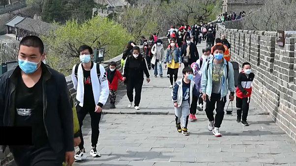 شاهد: فيروس كورونا لم يمنع الصينيين من التقاطر على سور الصين العظيم