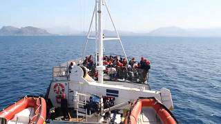 """Migrantes do """"Alan Kurdi"""" transferidos para navio de maiores dimensões"""