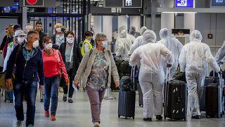 Un grupo de pasajeros en el aeropuerto de Fráncfort
