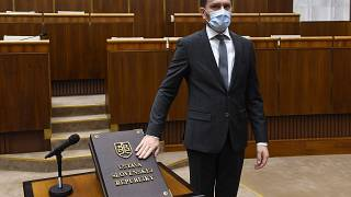 Igor Matovič szlovák miniszterelnök leteszi hivatali esküjét a pozsonyi parlamentben 2020. március 20-án