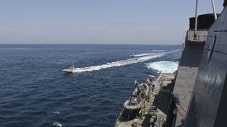 ABD ordusu tarafından paylaşılan fotoğrafta, İran sürat teknelerinin Amerikan Donanmasına ait gemilere yaklaştığı bildirildi