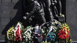 Le rabbin Michael Schudrich lit une prière devant le monument commémoratif du soulèvement de Varsovie en Pologne le 19 avril 2020