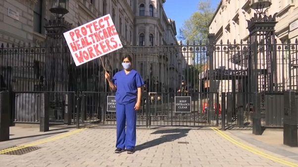 Eine Ärztin protestiert vor dem Amtssitz des Premierministers in London.