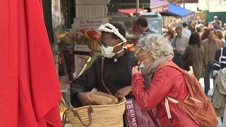شاهد: الباريسيون يتسوقون رغم إجراءات الحجر الصحي الصارمة في فرنسا