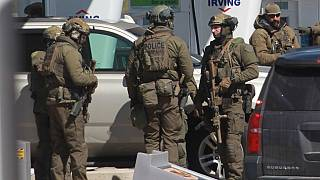 Miembros de la unidad táctica de la Real Policía Montada de Canadá tras el tiroteo