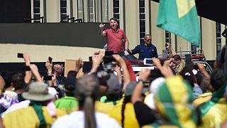 Jair Bolsonaro discursa diante de uma manifestação anticonstitucional em Brasília