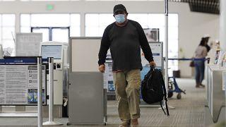 Εποιβάτης με μάσκα στο αεροδρόμιο Ελ. Βενιζέλος της Αθήνας - ΦΩΤΟ ΑΡΧΕΙΟΥ