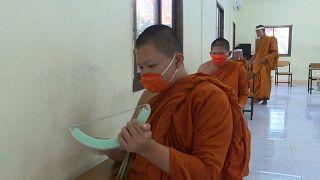 شاهد: رهبان تايلاند يرتدون الأقنعة الواقية أثناء الدراسة