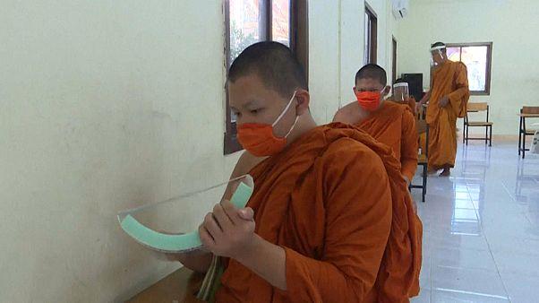 Ταϊλάνδη: Μάθημα με μάσκες και ασπίδες προσώπου για βουδιστές μοναχούς