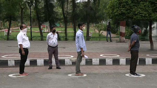 شاهد: في الهند.. العمال يلتزمون بالتباعد الاجتماعي قبل الدخول إلى المدينة الاقتصادية نويدا