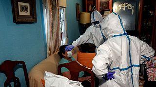 Une équipe médicale d'urgence intervenant à domicile pour suspicion de Covid-19 à Madrid, le 19 avril 2020.