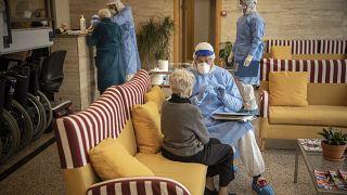 Eine Hilfsorganisation testet Menschen in einem Altersheim in Barcelona