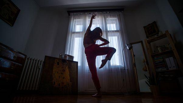 Önkéntes karanténban lévő táncos gyakorol az otthonában