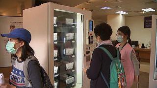 شاهد: أجهزة توزيع آلي تبيع أقنعة للوجه في تايوان