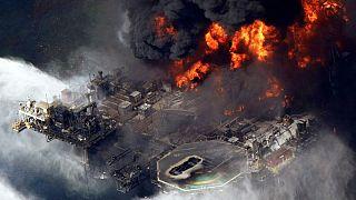 La piattaforma Deepwater Horizon devastata dal fuoco, 21 aprile 2010