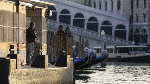 رجل ينتظر قاربا امام جسر في البندقية - 2020/04/06