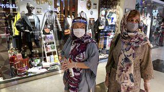 İran'da hükümetin koronavirüs tedbirlerini kaldırmasının ardından alışveriş merkezleri yeniden açıldı. Tahran