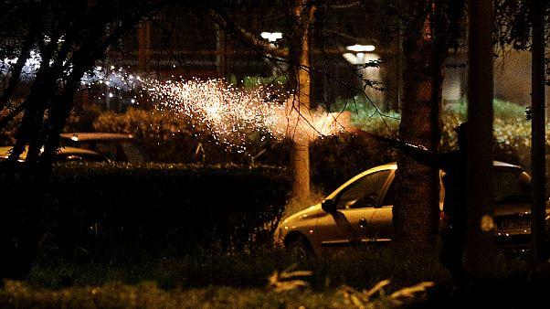 Force de police intervenant lors d'incidents à Villeneuve-la-Garenne dans le nord de Paris, le 20 avril 2020.
